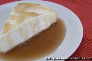 cómo preparar una tarta mousse de arroz con leche y sirope de canela.