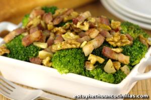 Cómo preparar un salteado de brócoli con bacon y nueces. Receta fácil paso a paso.