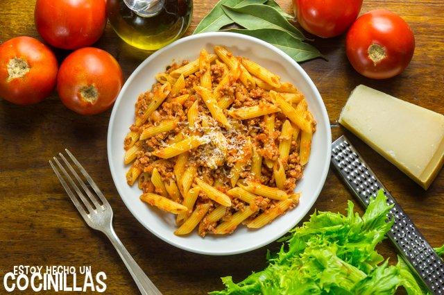 Macarrones con tomate y carne picada