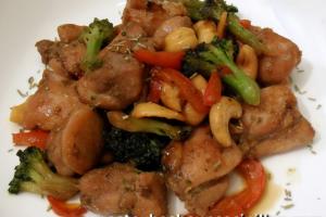 salteado de pollo con brócoli, anacardos y romero
