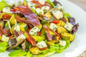 Ensalada de verduras asadas, jamón serrano y queso azul
