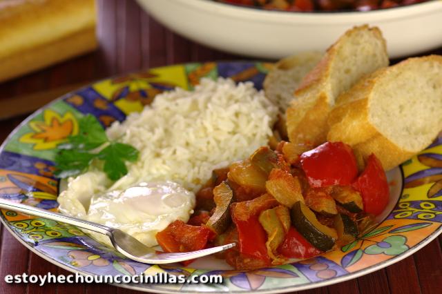 Pisto casero, con arroz y huevo frito.
