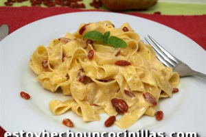 Tagliatelle con salsa de mascarpone, pera y bayas goji