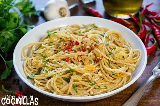 Espaguetis con ajo, aceite y guindilla (Spaghetti aglio, olio e peperoncino)