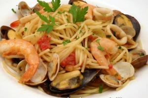 espaguetis con marisco (spaghetti frutti di mare). Pasta con marisco