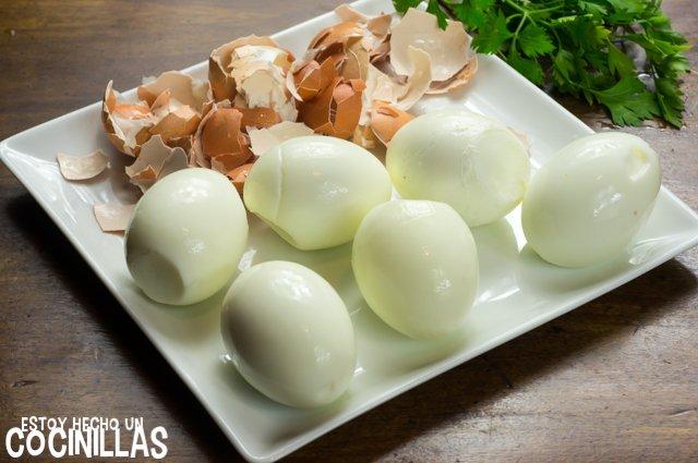 Huevos rellenos de atún (pelar)