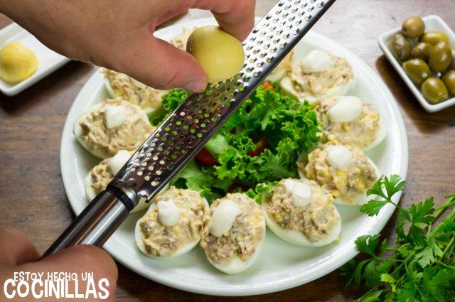 Huevos rellenos de atún (rallar)