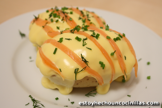 Patatas al horno rellenas de salmón y salsa holandesa