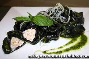 Tortellini negros con salmón y ricotta al pesto