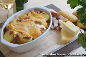 Tartiflette. Patatas gratinadas con queso y bacon.