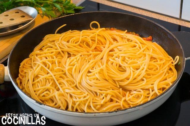 Espaguetis putanesca (cocer la pasta)