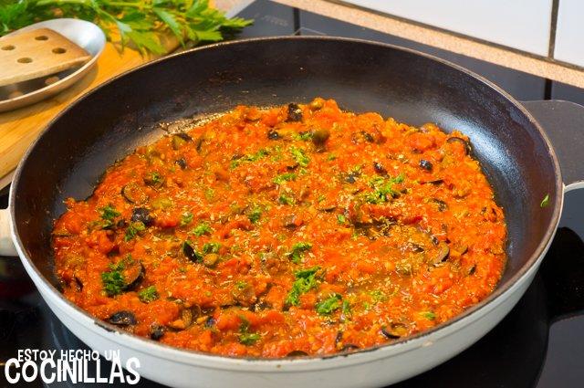 Espaguetis putanesca (perejil)
