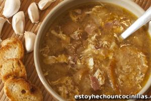 Receta de sopa castellana tradicional. Sopa de ajo. Sopa de pan.