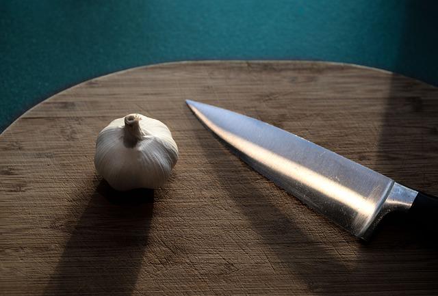 Cabeza de ajos y cuchillo