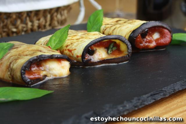 Rollitos de berenjena con tomate mozzarella y aceitunas