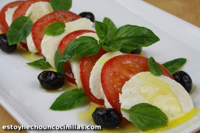 Ensalada caprese (ensalada italiana de tomate y mozzarella)