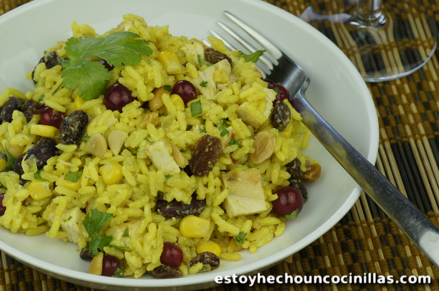 Ensalada de arroz al curry con pollo y vinagreta de yogur