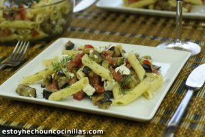 Ensalada de pasta con berenjena, tomates y feta