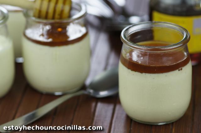 Panna cotta de vainilla con miel de castaño