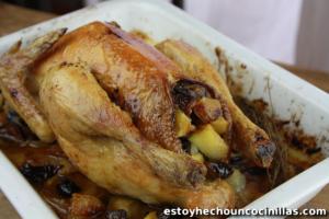 Pollo asado relleno de manzanas y ciruelas