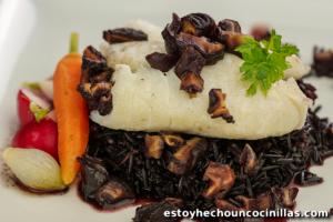 Bacalao al horno sobre arroz negro y setas shiitake