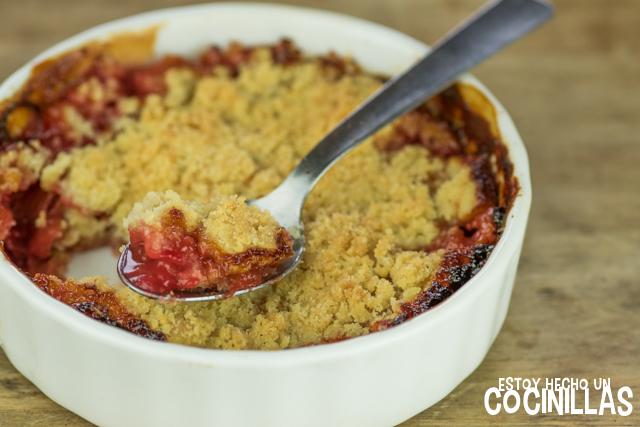 Cómo preparar un crumble de ruibarbo y fresa.