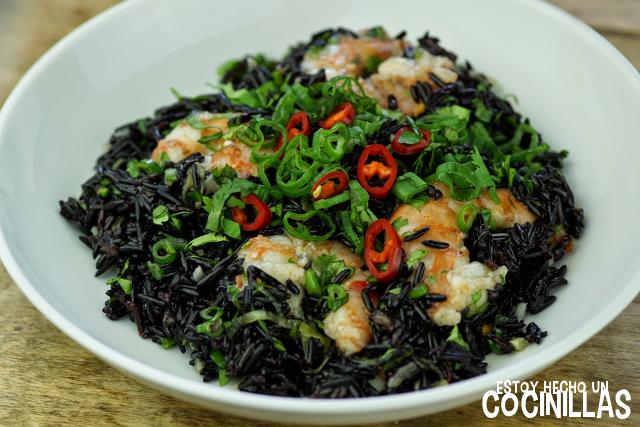 cómo preparar esta ensalada de arroz venere con gambas y salsa de chile dulce