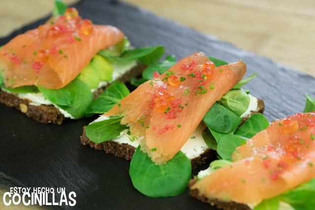 Tostas de salmón sobre pan de centeno