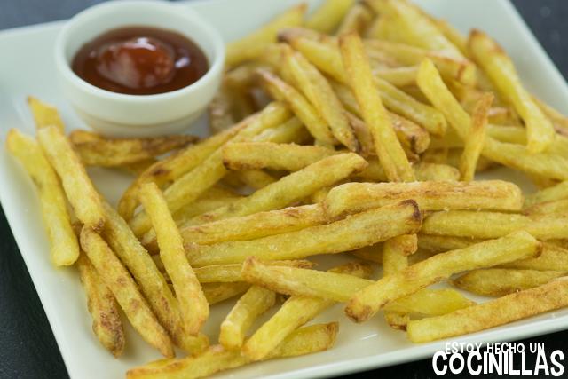 Patatas fritas al horno y ketchup