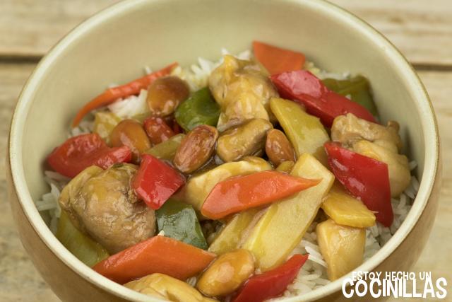 Pollo con almendras sobre arroz basmati