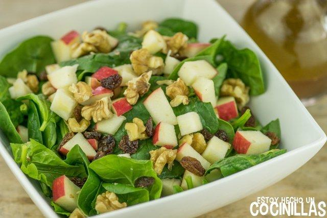 Ensalada de espinacas, manzana, nueces y pasas
