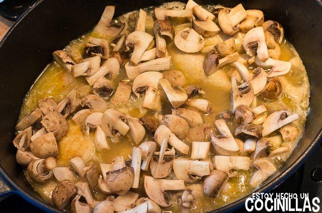 Pollo en salsa con champiñones (agregar los champiñones)