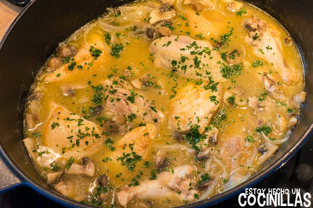 Pollo en salsa con champiñones (espolvorear perejil)