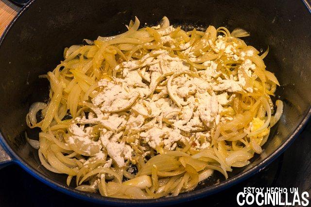 Pollo en salsa con champiñones (harina)