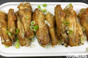 Alitas de pollo fritas (con un toque de ajo)