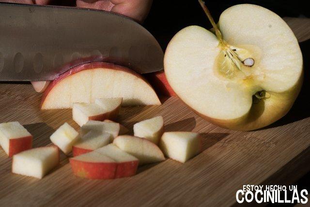 Lombarda con manzana (cortar la manzana en cubos)