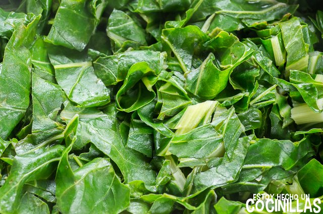 Acelgas a la extremeña (cocer las hojas)