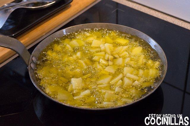 Acelgas a la extremeña (freír las patatas)