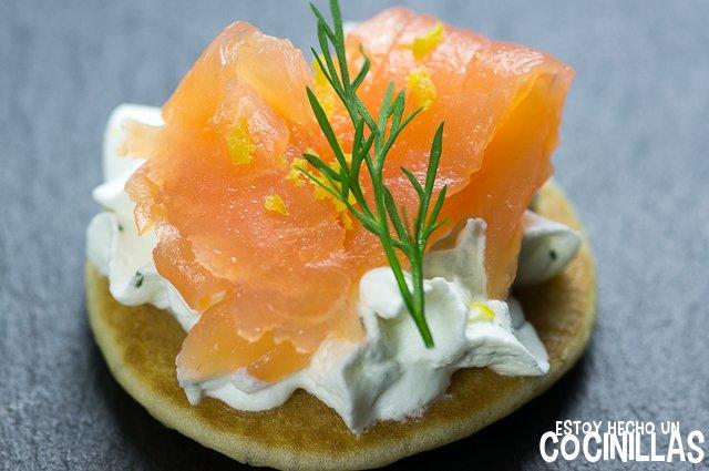 Blinis de salmón y chantilly al eneldo (canapés para fin de año)