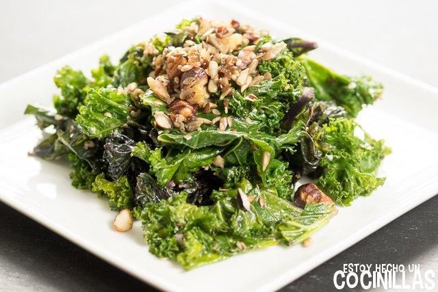 Col kale salteada con frutos secos y semillas