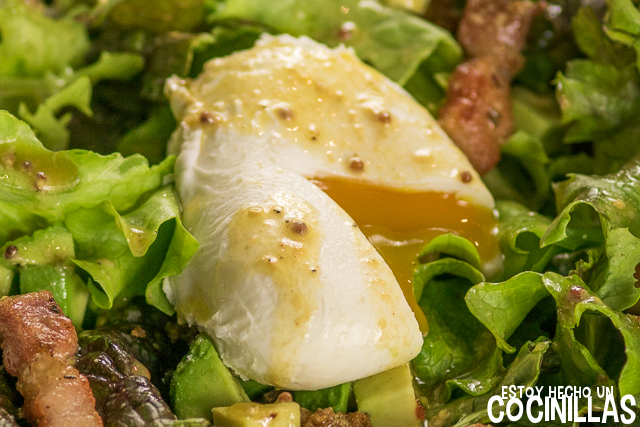 Ensalada lionesa con aguacate (huevo escalfado)