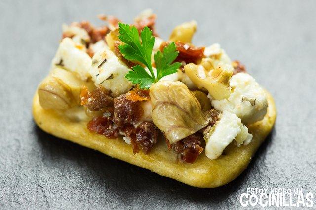 Crackers de tomate seco, queso feta y nueces (canapés para fin de año)
