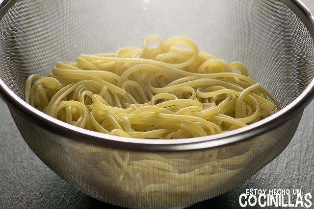 Espaguetis con gambas (escurrir pasta)