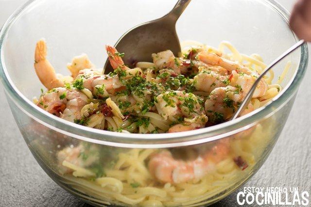 Espaguetis con gambas (mezclar)