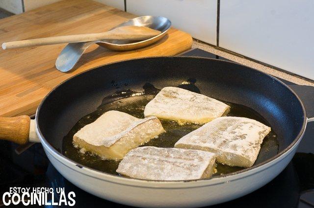 Bacalao encebollado (freír el pescado)