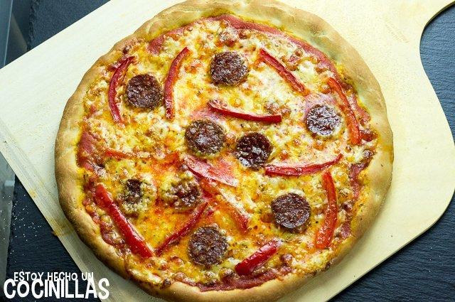 Pizza de chorizo y pimiento rojo