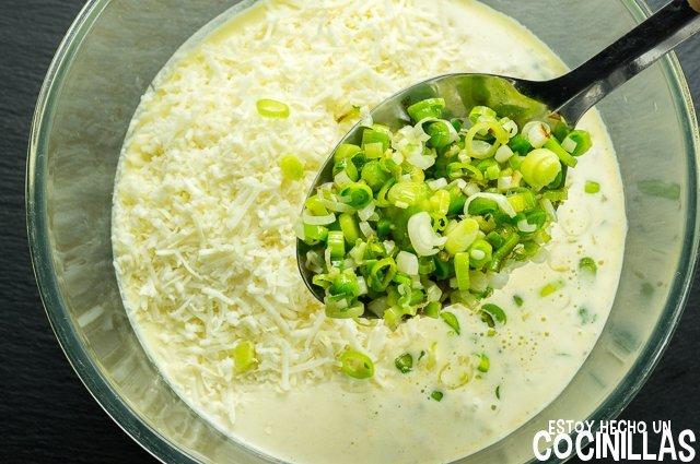 Quiche de ajos tiernos (incorporar queso y ajos)