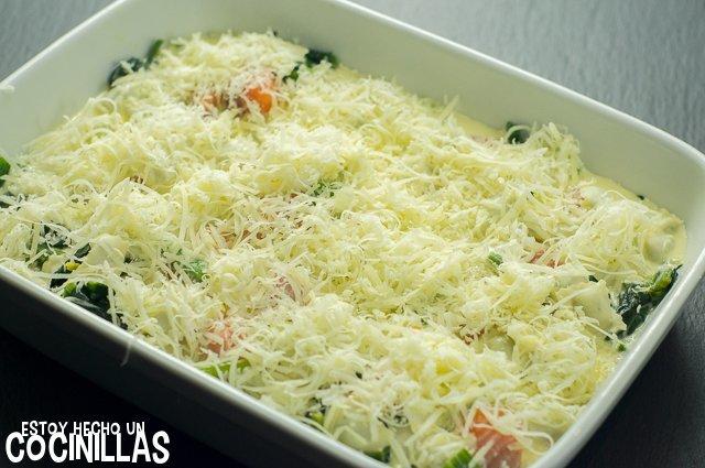 Ravioles gratinados con salmón y espinacas (queso rallado)