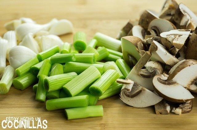 Revuelto de ajos tiernos y champiñones (cortar)
