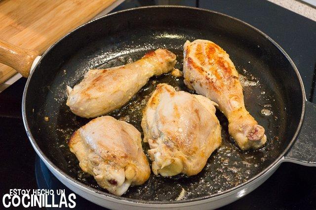 Yassa de pollo (dorar el pollo)